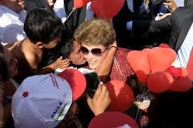 Dilma Rousseff deja la residencia presidencial de Brasilia y se aprestaba a embarcar hacia Porto Alegre