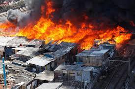 Incendio de grandes proporciones destruye una favela en Brasil