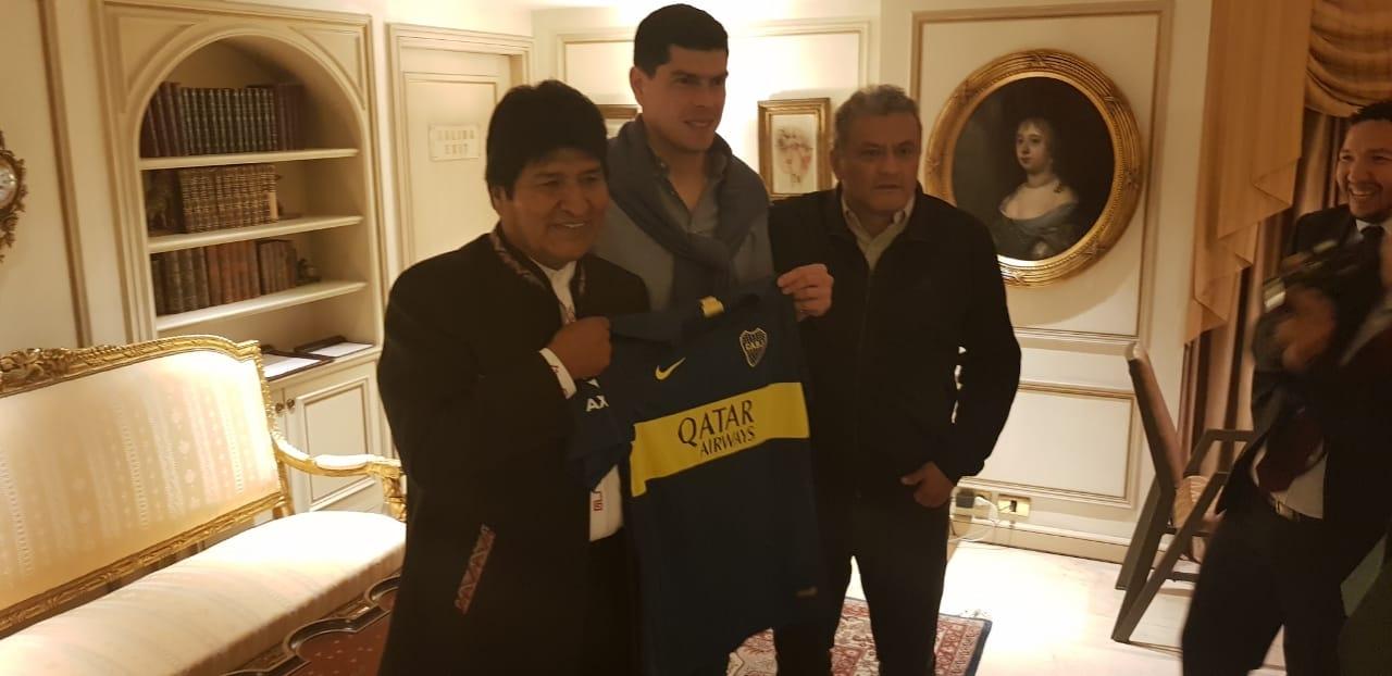 Carlos Lampe le regaló la camiseta de Boca al presidente Evo Morales en Argentina