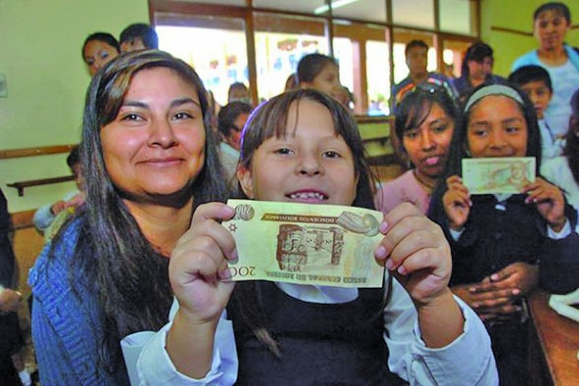 Dos millones doscientos veintiun mil estudiantes de primaria y secundaria de 14.800 unidades educativas del país se benefician con el bono Juancito Pinto
