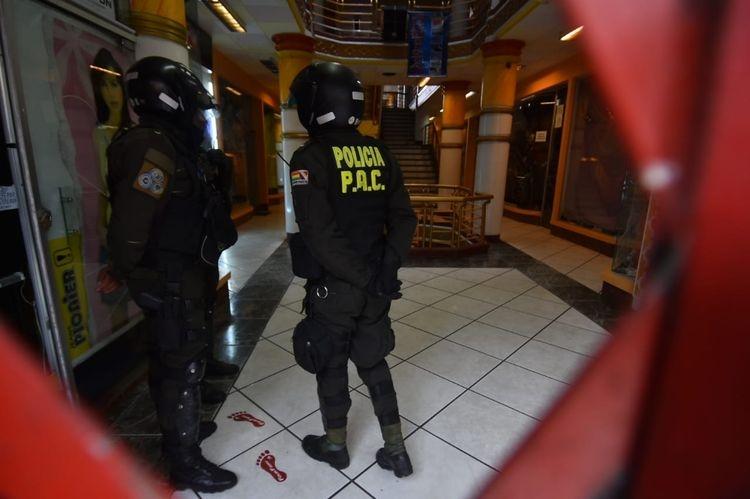 Seis hombres armados atracan una galería en una zona comercial de La Paz
