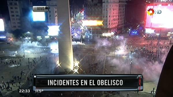 Cerca de las 0.15 del lunes hora de Argentina otra vez incidentes después de los festejos de River en el Obelisco de Buenos Aires