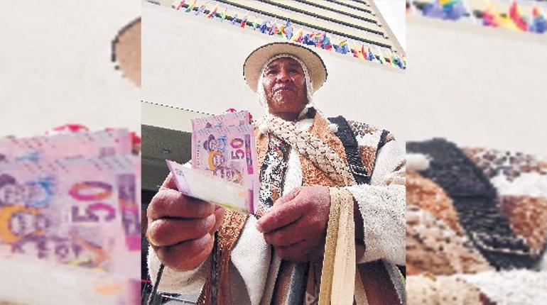 En la Alasita los nuevos billetes del estado plurinacional son los preferidos de los visitantes en La Paz
