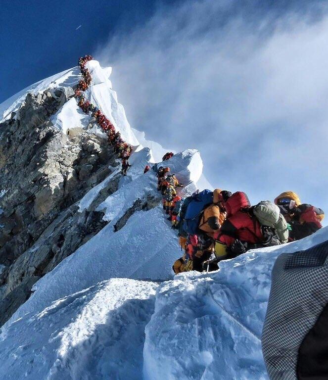 Siete alpinistas mueren mientras hacían fila hasta 12 horas para alcanzar la cima del majestuoso Everest