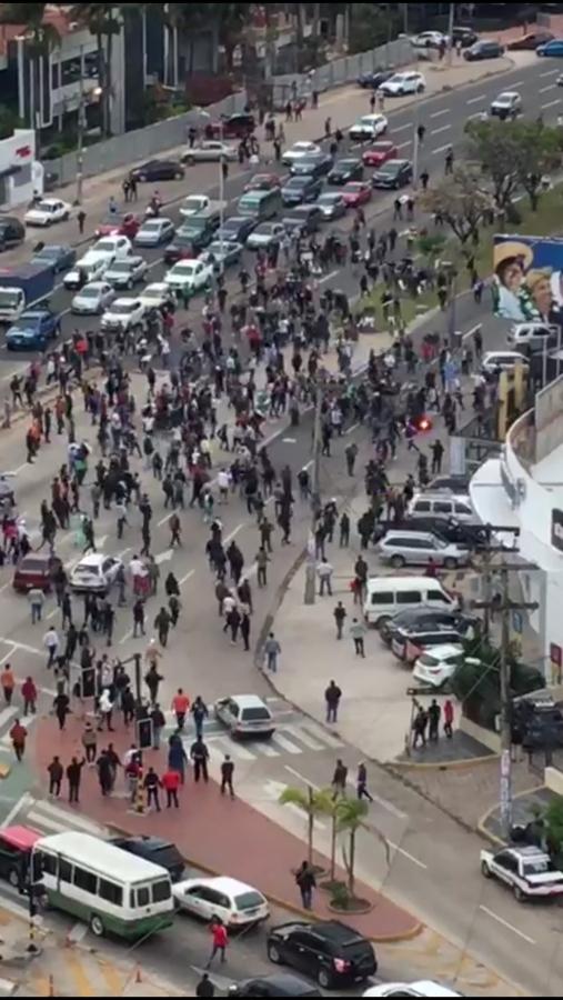 Miembros de la Unión Juvenil Cruceñista atacan y destrozan casa de campaña del MAS