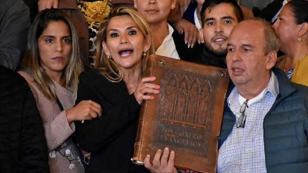 Decisión de la presidenta Jeanine Áñez de participar en las elecciones del 3 de mayo desató una serie de repercusiones