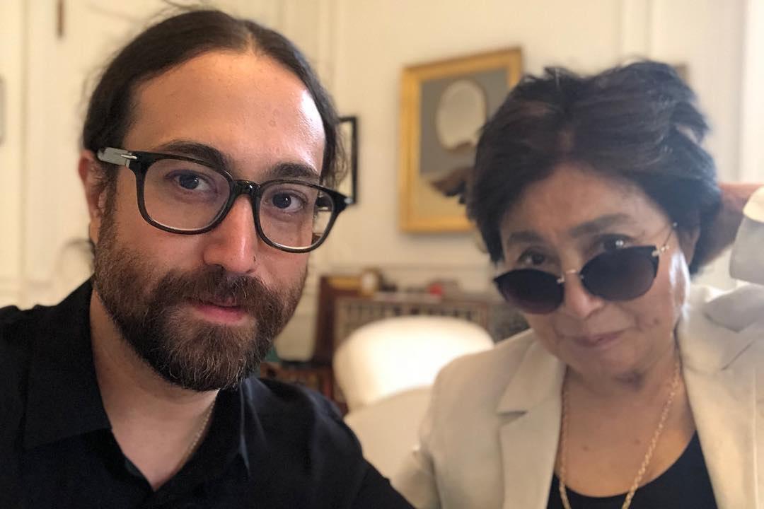 Yoko Ono muy delicada de salud cede la gestión de sus millonarios negocios a su hijo Sean