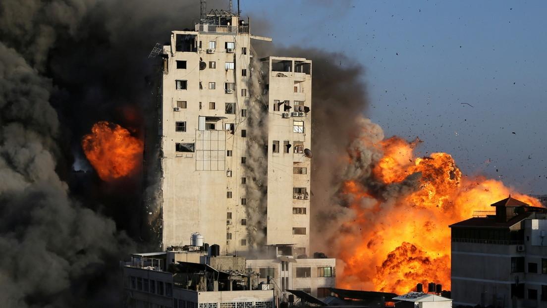 Palestino graba de cerca el desplome de una torre residencial en Gaza tras un ataque israelí