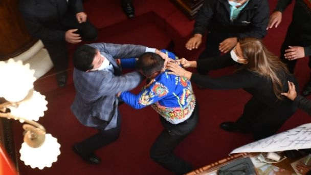 Pelea a puño entre dos legisladores marcó el tenso inicio del acto interpelatorio a ministro de Gobierno Eduardo del Castillo sobre caso Jeanine Áñez